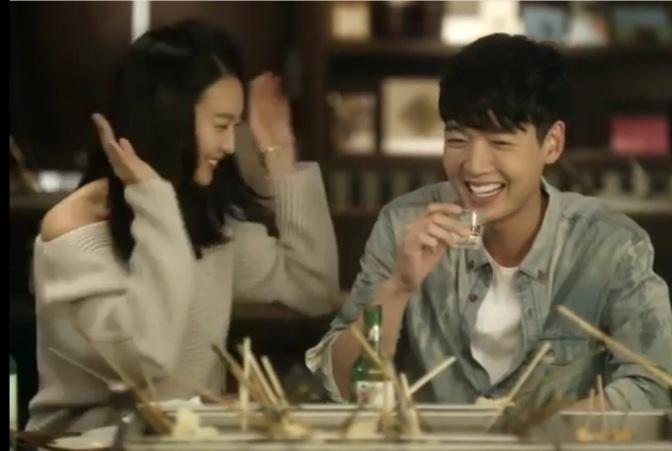 Jung Kyung Ho e Shin Min Ah (Oh My Vênus) em novo comercial de Soju